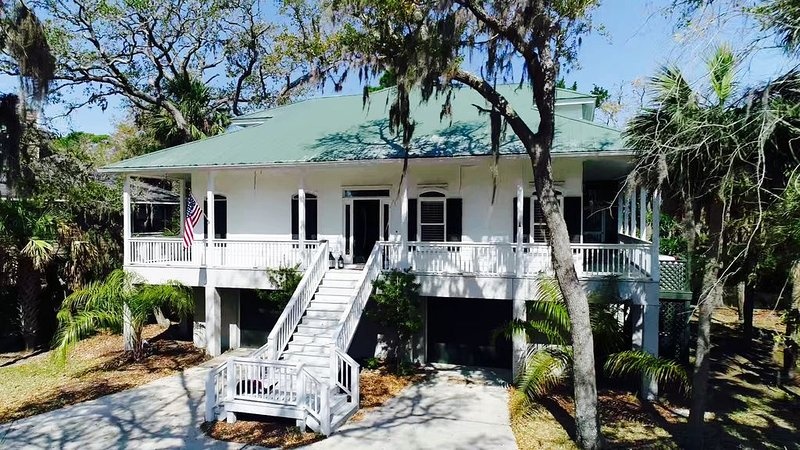Private Pool, Amenity Cards, Wrap Around Screened Porch. Golf cart included!, alquiler vacacional en Fripp Island