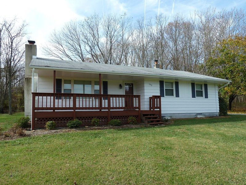 Beautiful newly renovated 3 bedroom/2 bath retreat for all seasons., holiday rental in Nellysford