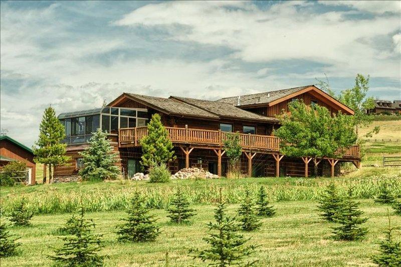 Comfy Country Condo on 10 Acres between Bozeman & Big Sky, aluguéis de temporada em Gallatin Gateway