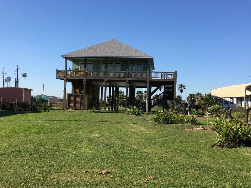 Custom Built  ~ 500 ft from the beach~ 3 bedroom ~ 3 full Bathrooms, location de vacances à Crystal Beach