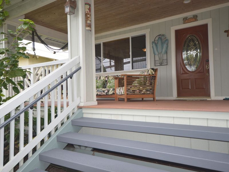 Cozy home with ocean view and AC, walk to downtown and Rainbow Falls, holiday rental in Papaikou