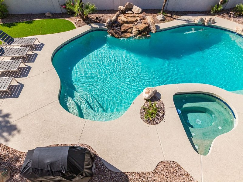 Scarlet Mountain Hideaway. Private HEATED pool, hot tub and Xbox, vacation rental in Cave Creek
