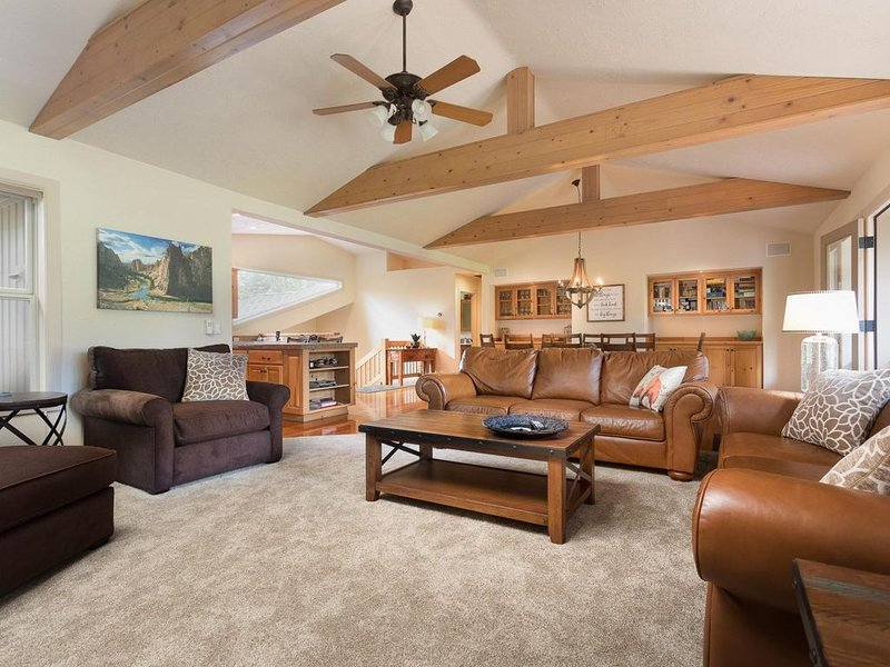 3 King Masters+Bunk Room! 12 SHARC, On 14th Green,  Central A/C , 4 Bed/4.5 Bath, vacation rental in Sunriver