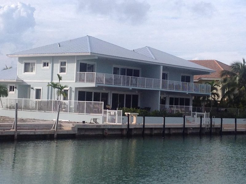 Compelling Canal Home with Pool & Large Dock on each side-Cabana Club Included, alquiler de vacaciones en Key Colony Beach