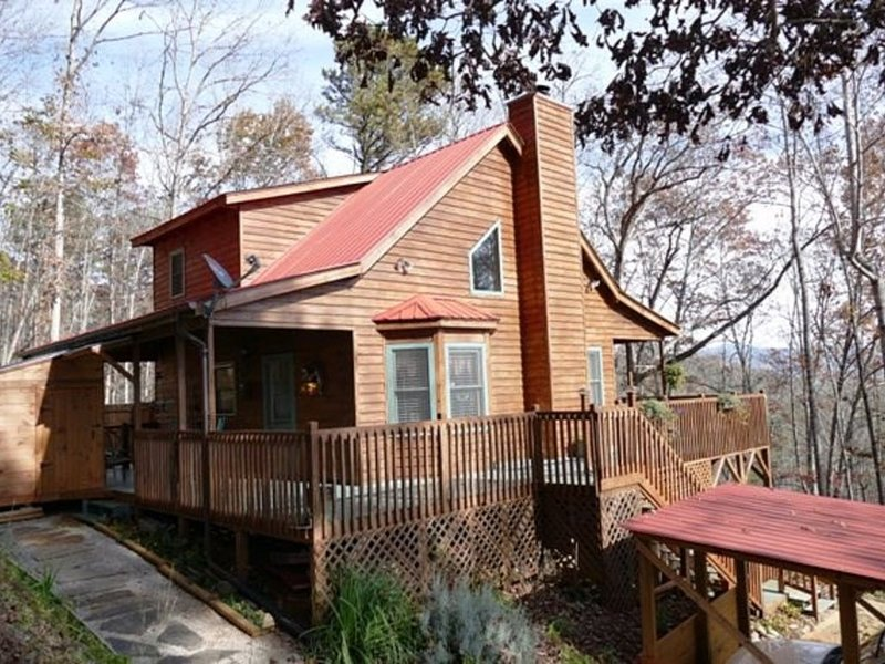 Romantic Mountain Top Cabin with Hot Tub, Wrap Around Porches, and Amazing Views, location de vacances à Franklin