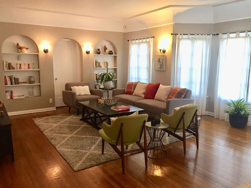 Charming Spacious comfortable -Grove- Beverly Hills-LACMA-N. of Wilshire Oasis, holiday rental in Beverly Hills