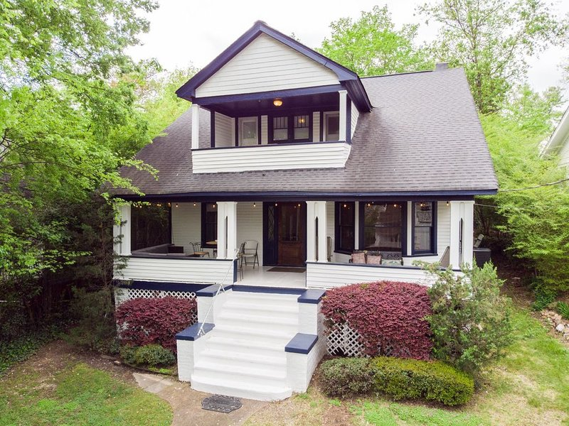Cottage of North Chatt - sleeps 12!, aluguéis de temporada em Chattanooga