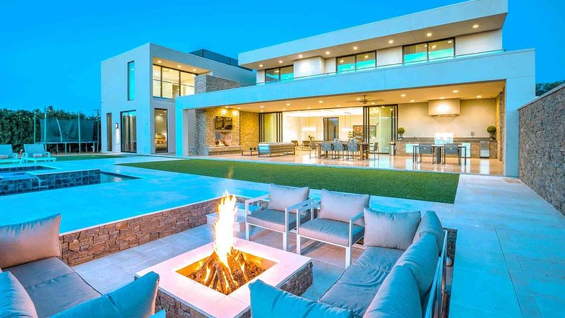 Beautiful, Sleek Scottsdale Manion with Gorgeous Interior and Lovely Backyard, vacation rental in Paradise Valley