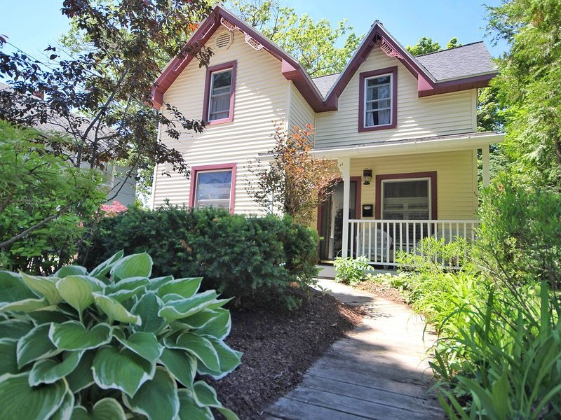 BEST LOCATION in CVX! 1.5 blocks from Lake MI Beach & DOWNTOWN CHARLEVOIX!, holiday rental in Charlevoix