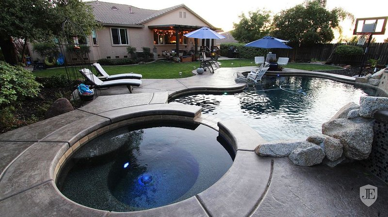 Fabulous Grand Home Pool~Jacuzzi Central Walkable, vacation rental in Fair Oaks