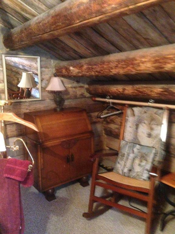 Escritorio vintage del segundo piso, barra para colgar la ropa, balancín de caña con almohada y manta de lobo