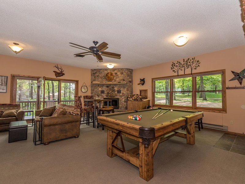 ENHANCED CLEANING LAKEFRONT  ~1.5 Acre Private Dead End Rd ~ Pool Table ~ 5BR, holiday rental in Deerwood