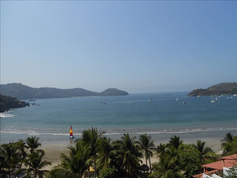 Stunning Bay-Ocean-Beach Vu 2 BR/2 Bth Split Level Condo, holiday rental in Zihuatanejo