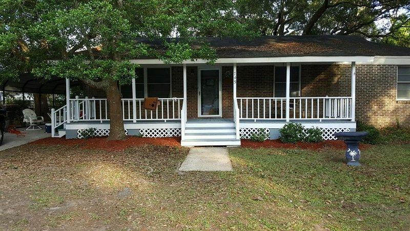 Enjoy Charlestons History & Carolina Sun -  3BR 2 BATH Old Mt. Pleasant, location de vacances à Sullivan's Island