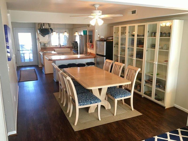 Comedor grande: asientos 8, se abre a la cocina, 2do refrigerador para bebidas