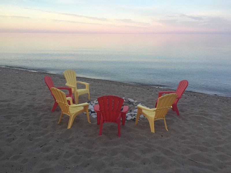 Lake Michigan Beach Home with Over 100' of Private Sand Beach! Pets Welcome!, location de vacances à Door County