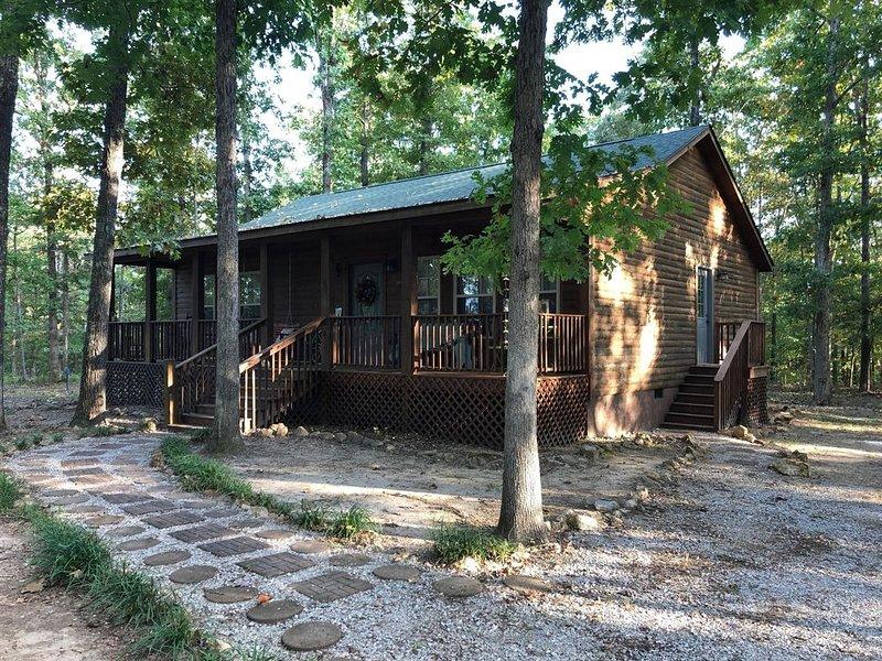 Folk Cabin! Secluded Modern 2 BR/2 Full Bath Cabin just behind Ozark Folk Center, casa vacanza a Mountain View
