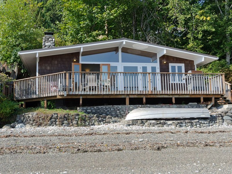 Hood Canal, Octopus Hole Beach Cabin. 315' Cove with Oysters!, alquiler de vacaciones en Lilliwaup