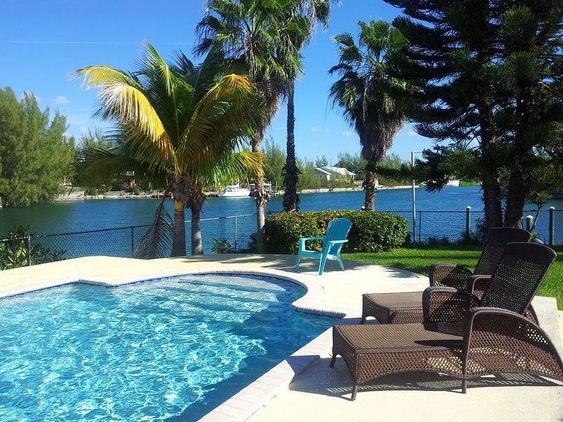 Beautiful waterfront home with pool, private boat and Jet Ski option., aluguéis de temporada em Freeport