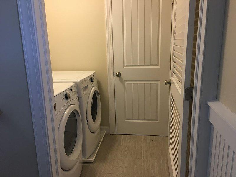 Cuarto de lavado con lavadora y secadora.