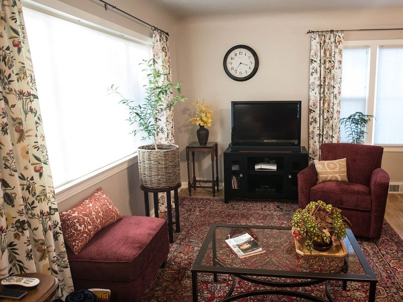 Charming Antique-Filled 1940s Cottage On Quiet Tree-Lined Street, holiday rental in Johnstown