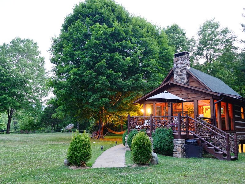 Private Petting Zoo, Hot Tub, Fire Pit, Waterfall, YARD: Mountain Magic!, holiday rental in Sugar Grove