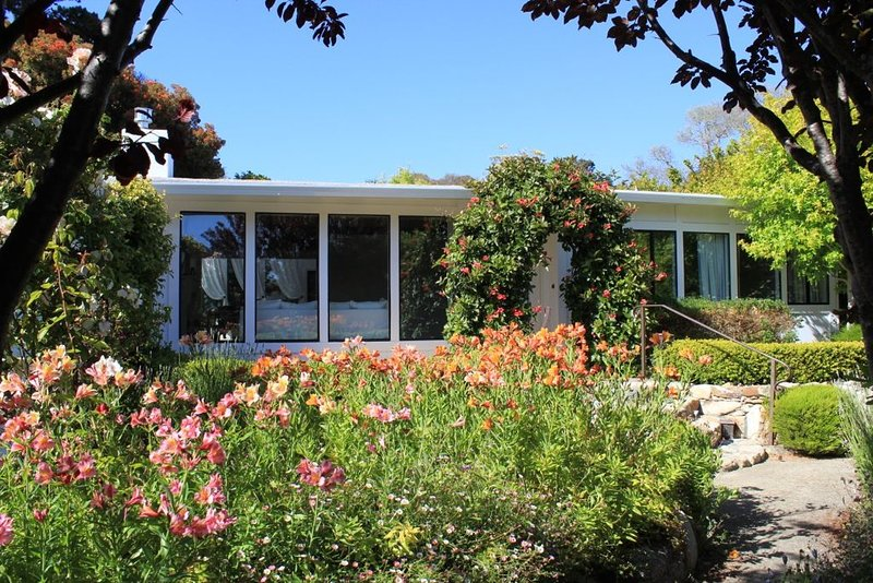 'Carmel Tranquility' 2 Beaches a short walk from this 'Garden Beach Home', location de vacances à Monterey County