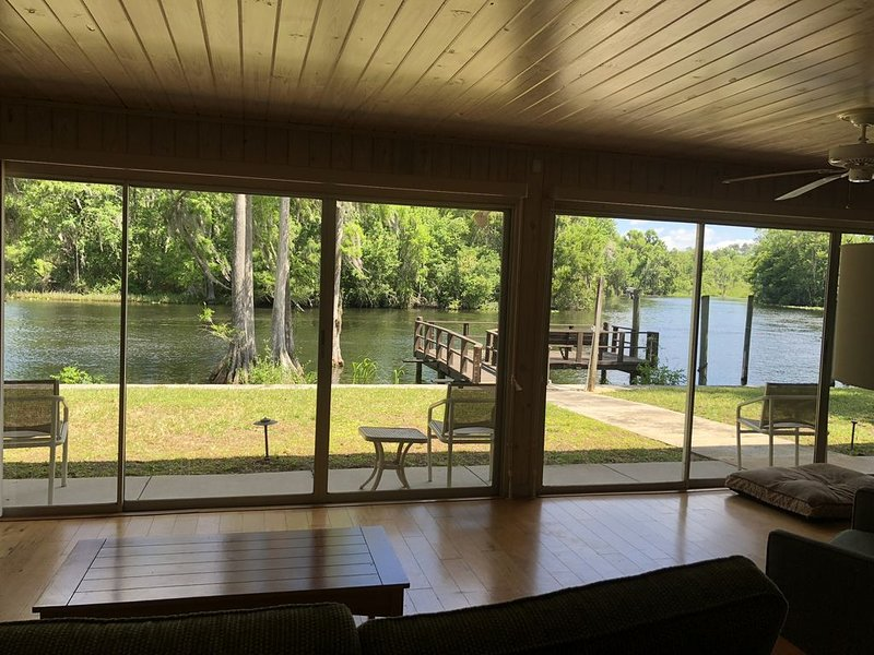 Enjoy peace and tranquility on the Withlacoochee river with breathtaking views. – semesterbostad i Dunnellon