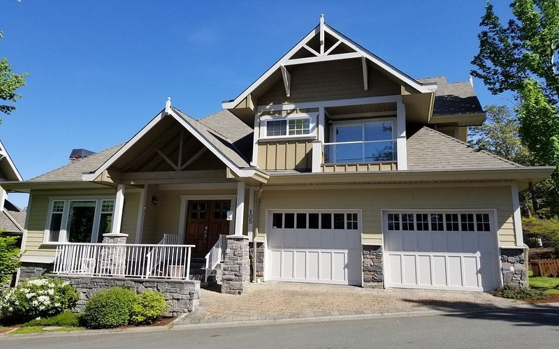Bear Mountain Luxury Resort home sleeps 12 Professional Cleaned, casa vacanza a Langford
