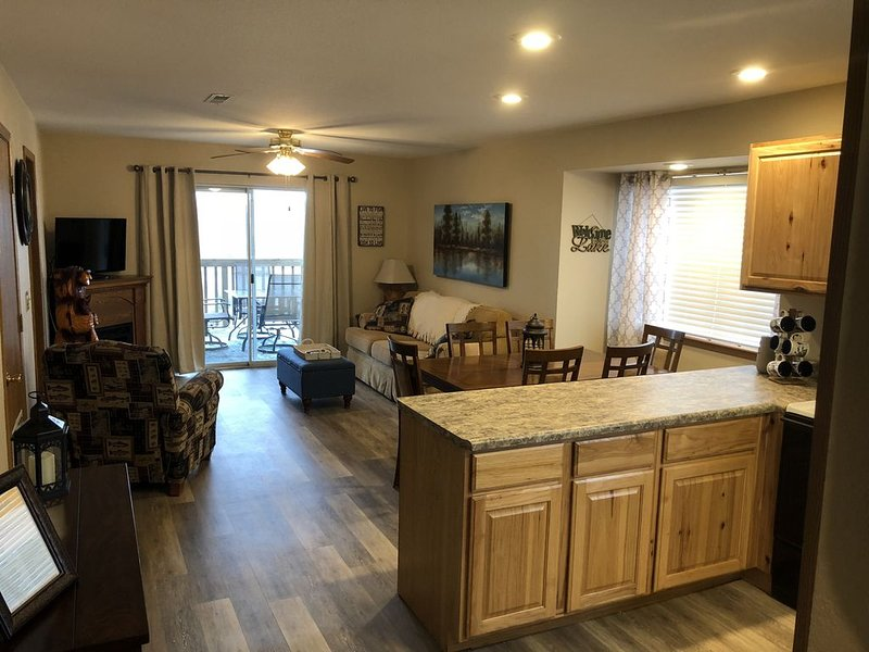 Street level condo next to Table Rock Lake and Silver Dollar City. Indoor pool!, location de vacances à Branson ouest