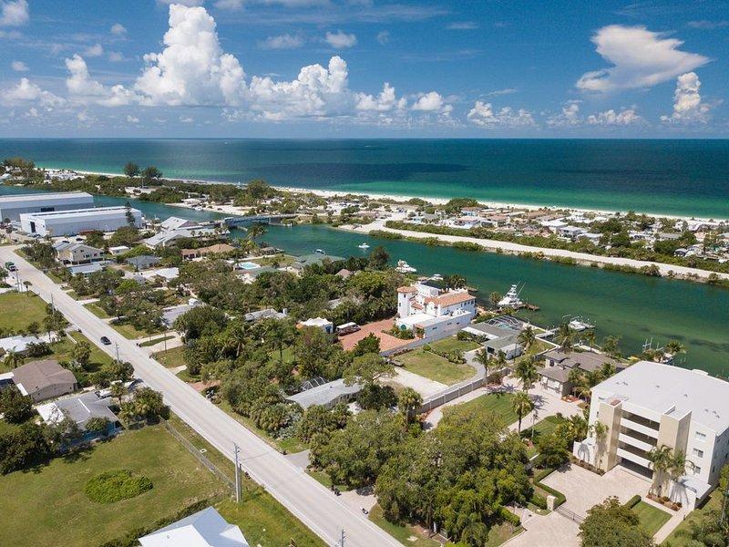 Family Beach Home w/ Big Pool, PaddleBoard+Kayak+Wifi, duplex, Close to I-75!, aluguéis de temporada em Nokomis
