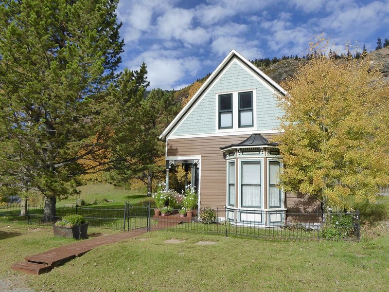 Enjoy some R & R at this historic cottage in the best neighborhood in town!, vacation rental in Silverton