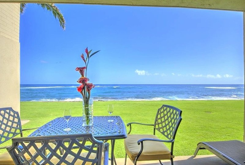 OCEANFRONT Ground Floor 2bd/2ba Unit with Amazing Ocean Views & A/C, Ferienwohnung in Koloa
