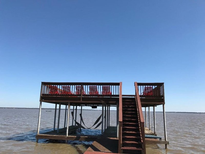 Special 11/18-21!! 500 feet of LAKE FRONT!! Fire pit,ping pong,air hockey!, location de vacances à Kemp