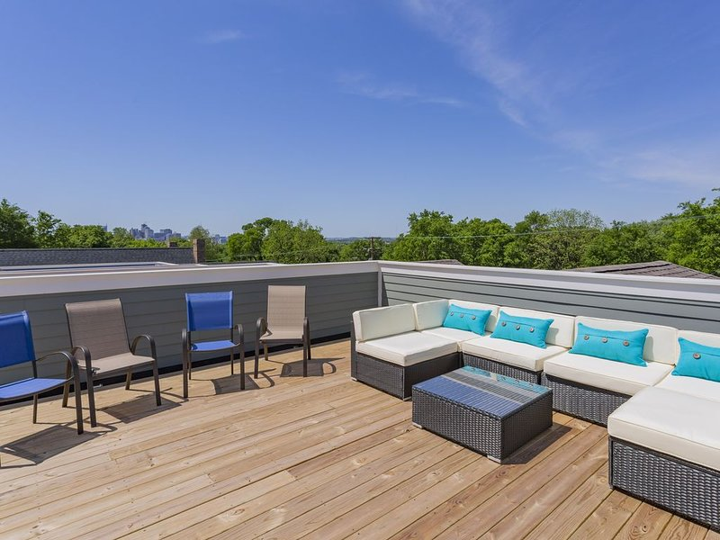 (7) 4th NIGHT FREE! - Huge New Home - Rooftop Deck, 3.0mi To Downtown 2600sqft, holiday rental in Whites Creek