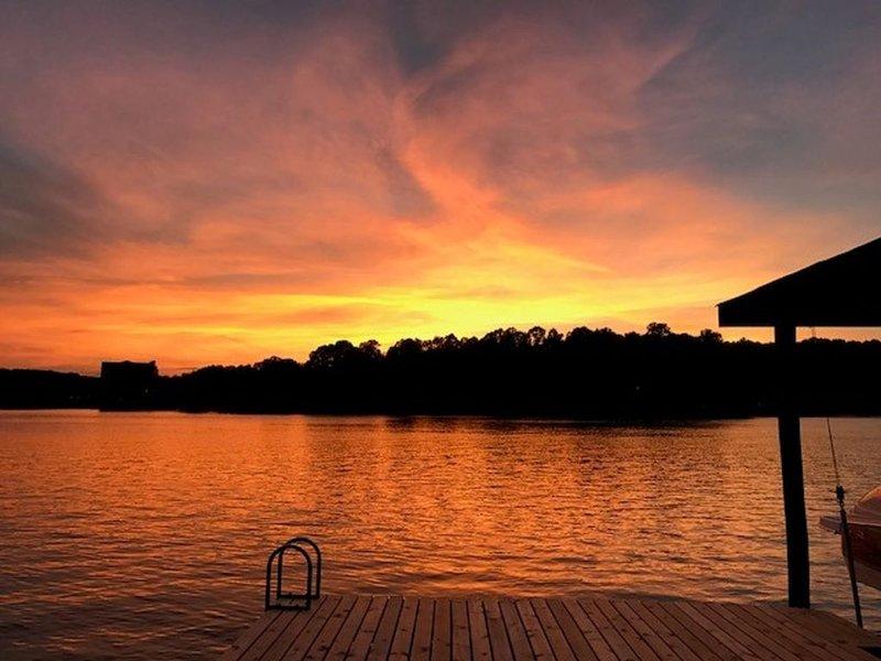 Beautiful Smith Mountain Lake Waterfront Property - Olde Stoney, location de vacances à Huddleston