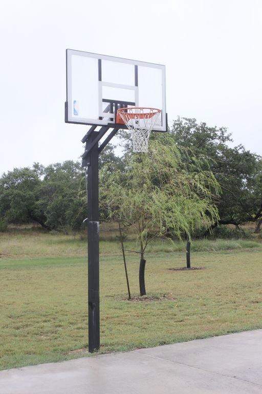 Objectif de basket-ball. Balle fournie. Obtenez votre jeu sur!