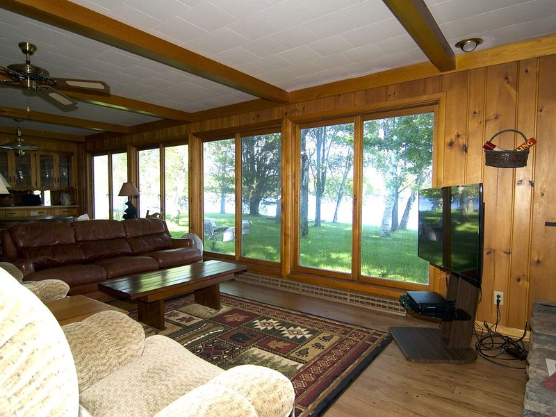 500' Lakeshore, 2 Docks Great Lake Views, Sand Beach, Sleeps 10, A/C, alquiler de vacaciones en Radisson