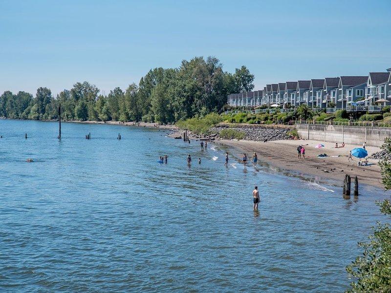 El encantador río Columbia se encuentra a 1 cuadra, a corta distancia de su condominio impecablemente limpio
