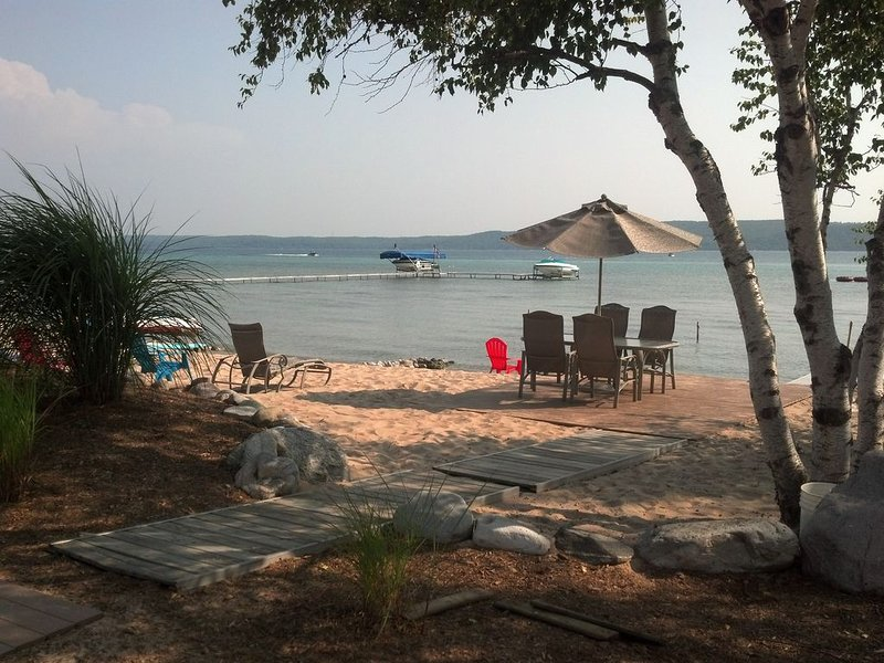 Beautiful Private Crystal Lake Beach Frontage, 5500 sq' home, alquiler vacacional en Beulah