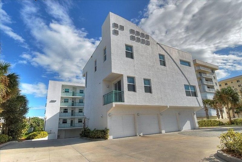 Amazing Townhouse Oceanfront Complex in Cocoa Beach, holiday rental in Cocoa Beach