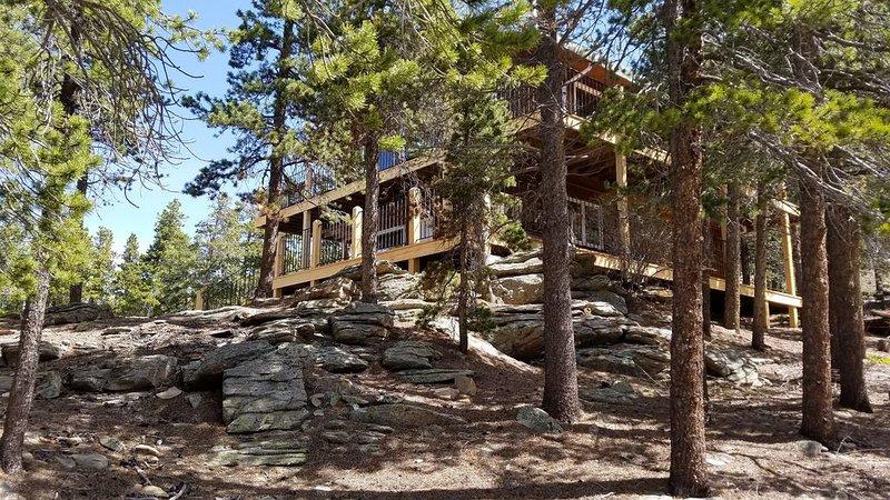 Maison de montagne avec pont panoramique à deux étages.