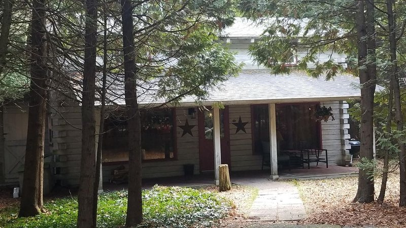 Charming cedar log cabin nestled in the woods, footsteps from Rowley's Bay, holiday rental in Gills Rock