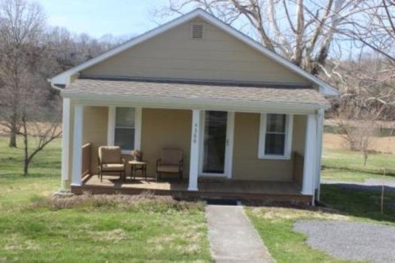 Cozy Cottage Getaway, holiday rental in Kingsport