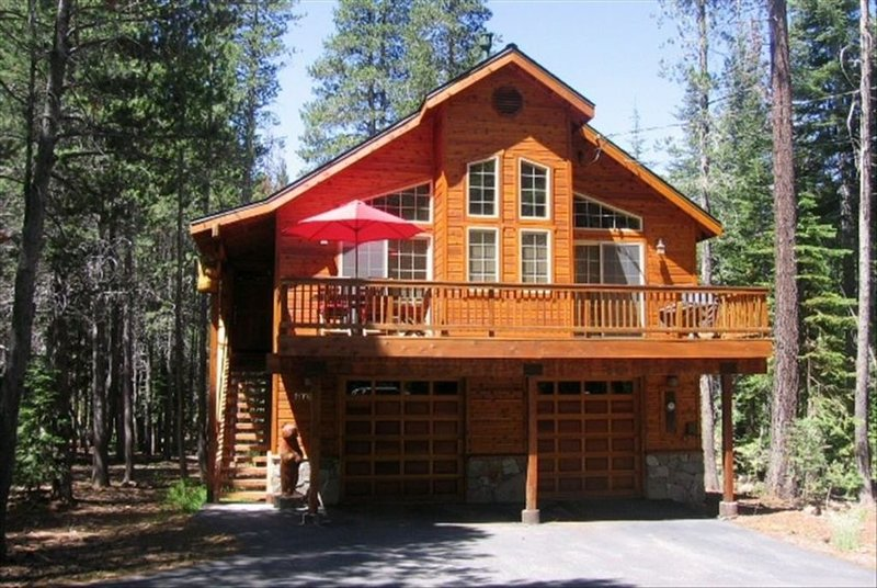 Luxurious Tahoe Donner Cabin / Private Hot Tub / Pool Table / Resort Amenities, holiday rental in Truckee