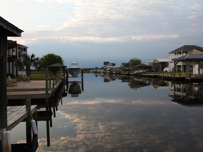 Waterfront w Private Boat Launch, Dock, 3 Kayaks, Early Check-In, Pet Friendly, holiday rental in Surf City