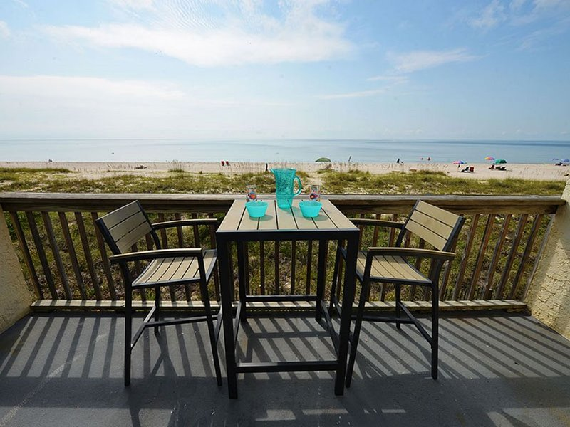 BEACHFRONT 2BR CONDO W/POOL*PRIVATE USE OF 3 BIKES & 2 KAYAKS, location de vacances à Eastpoint