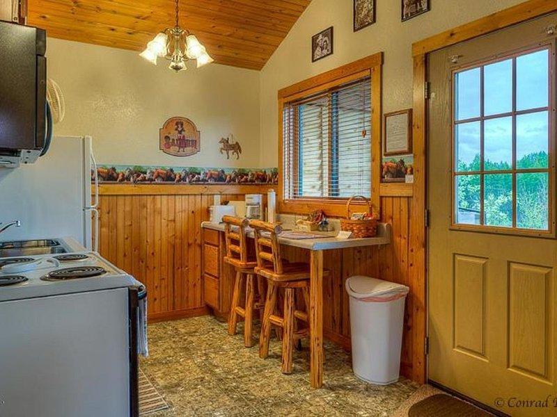 COWBOY CABIN – BEAUTIFUL PRIVATE SETTING, 6 MILES TO GLACIER PARK, alquiler de vacaciones en Columbia Falls