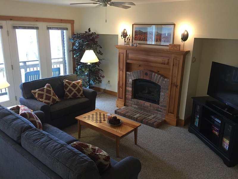 Beautiful ski-in, ski-out 2-BR Village Condo at Jay Peak, right on the trail!, Ferienwohnung in Mansonville
