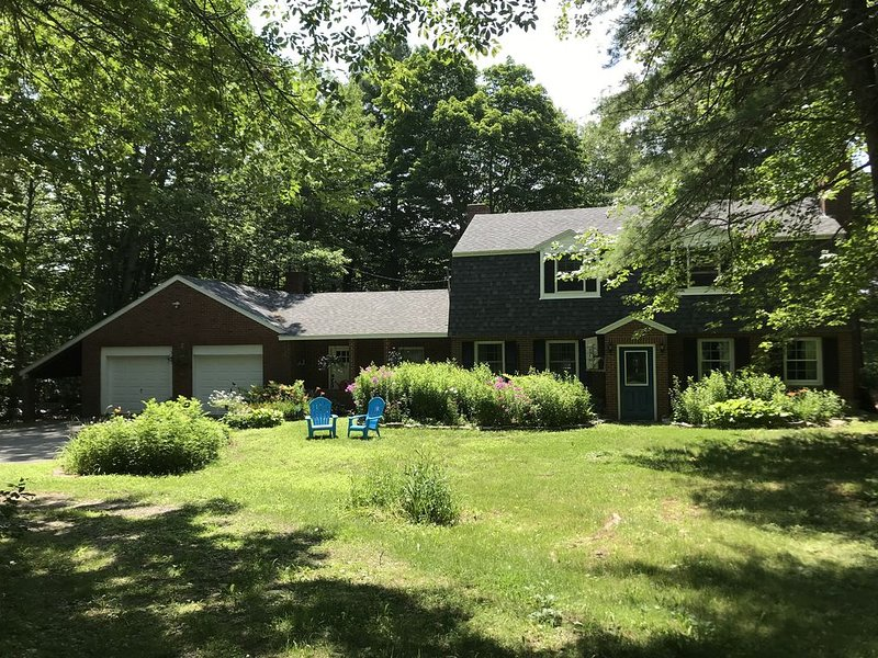 The Brick House in the Woods...A Four-Season Retreat! Room for a large family!, holiday rental in Searsport
